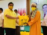 Airlangga Perintahkan Kader Golkar Di Daerah Distribusikan Sembako dan APD
